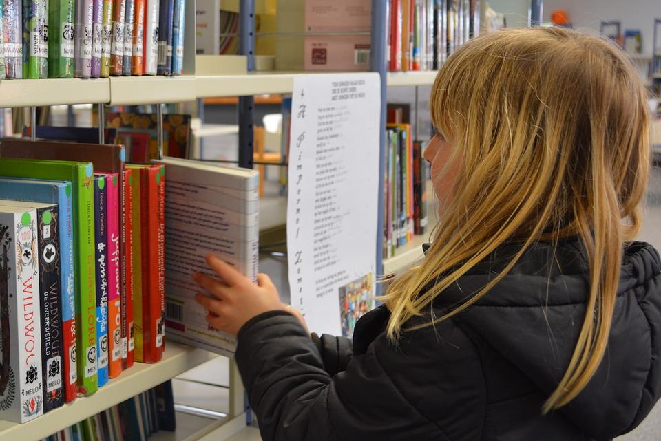 Kinderen helpen bij het uitzoeken van een goed leesboek for A salon palmers green