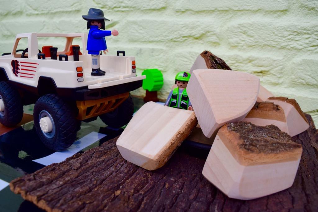 Spelen met boomschorsblokken