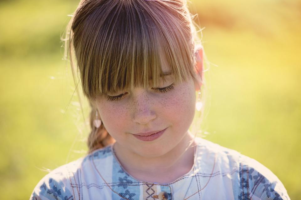 Hoe help je een verlegen kind