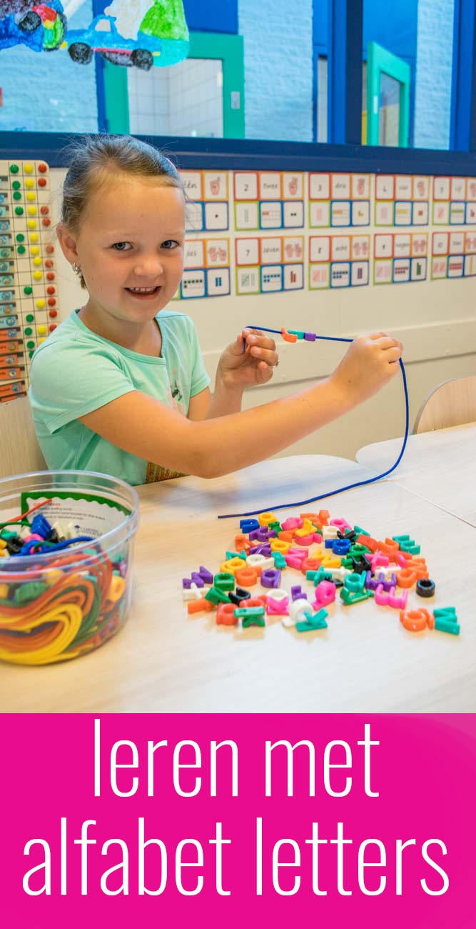 Met alfabet letters leren de kinderen spelenderwijs de letters en oefenen daarnaast tijdens het rijgen hun oog-hand coördinatie en hun fijne motoriek.
