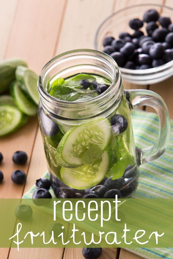 Een leuk idee is om met het warme weer samen met de kinderen fruitwater te maken. Veel gezonder dan limonade en stiekem nog lekkerder!