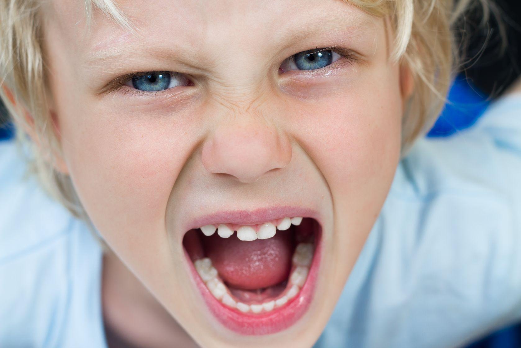 Hoe kalmeer je een boos kind?