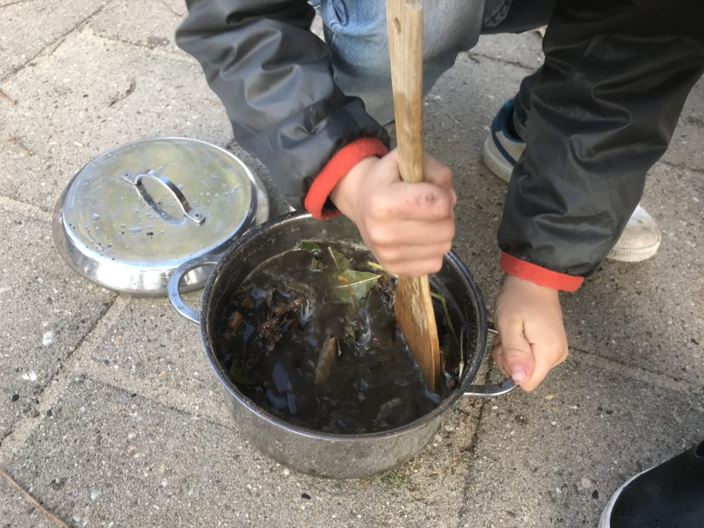Moddertaartjes, zandpannenkoeken en regensoep: spelen met een modderkeuken