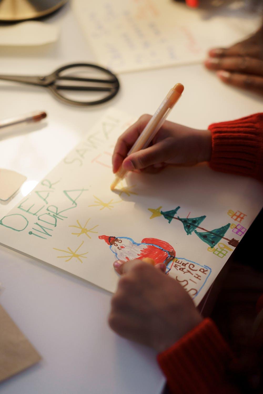 kinderen schrijven tijdens het thema